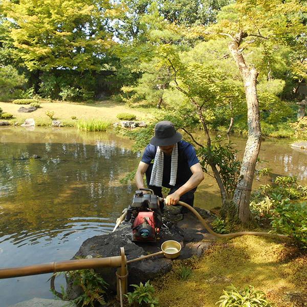 庭師と水撒きのポンプ