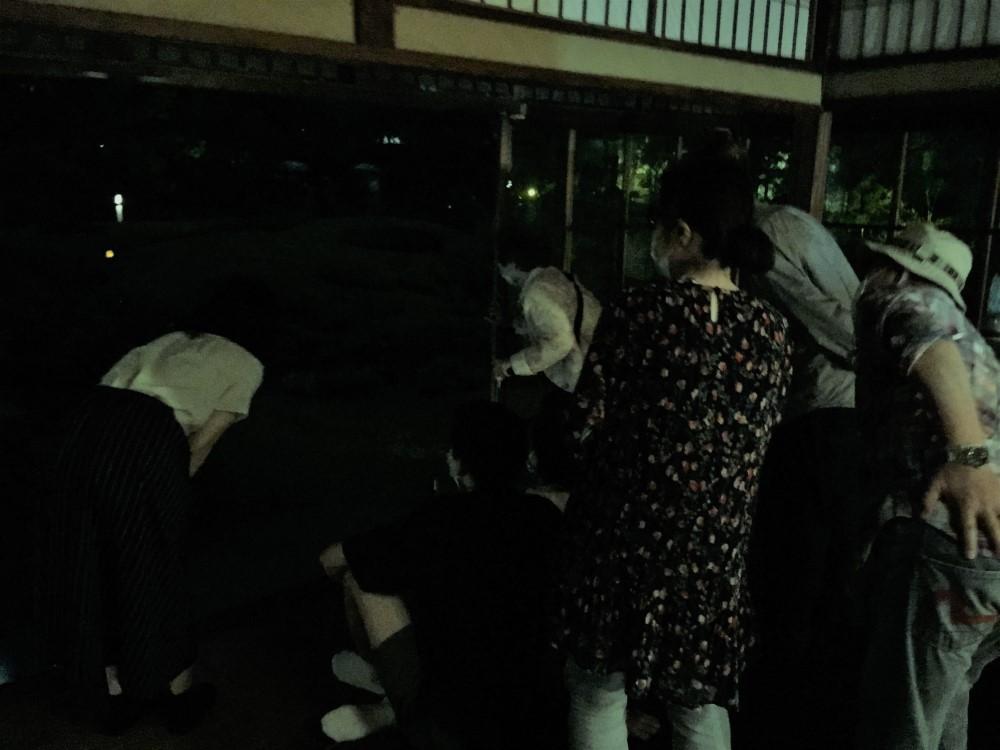 6/13蛍観賞会 室内から蛍を見る人々